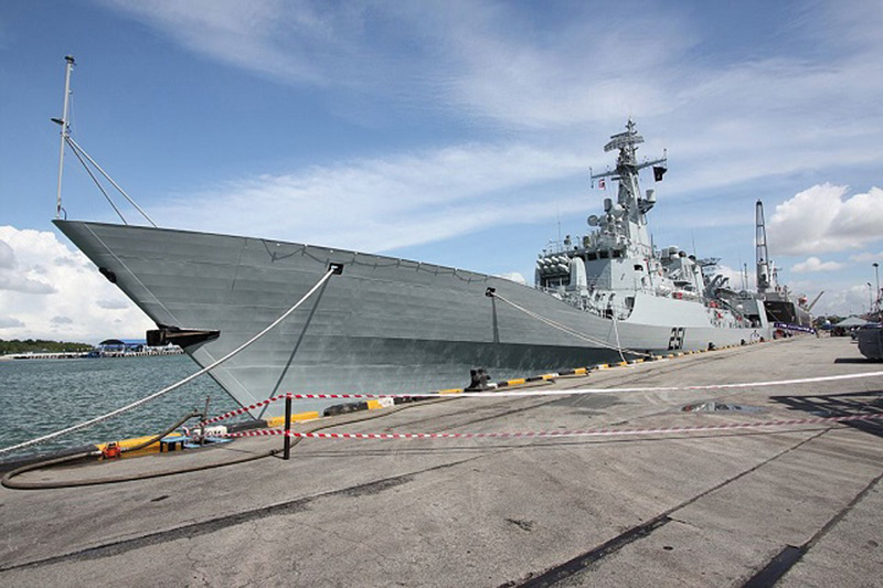 Pakistan Frigate alongside_600 pix